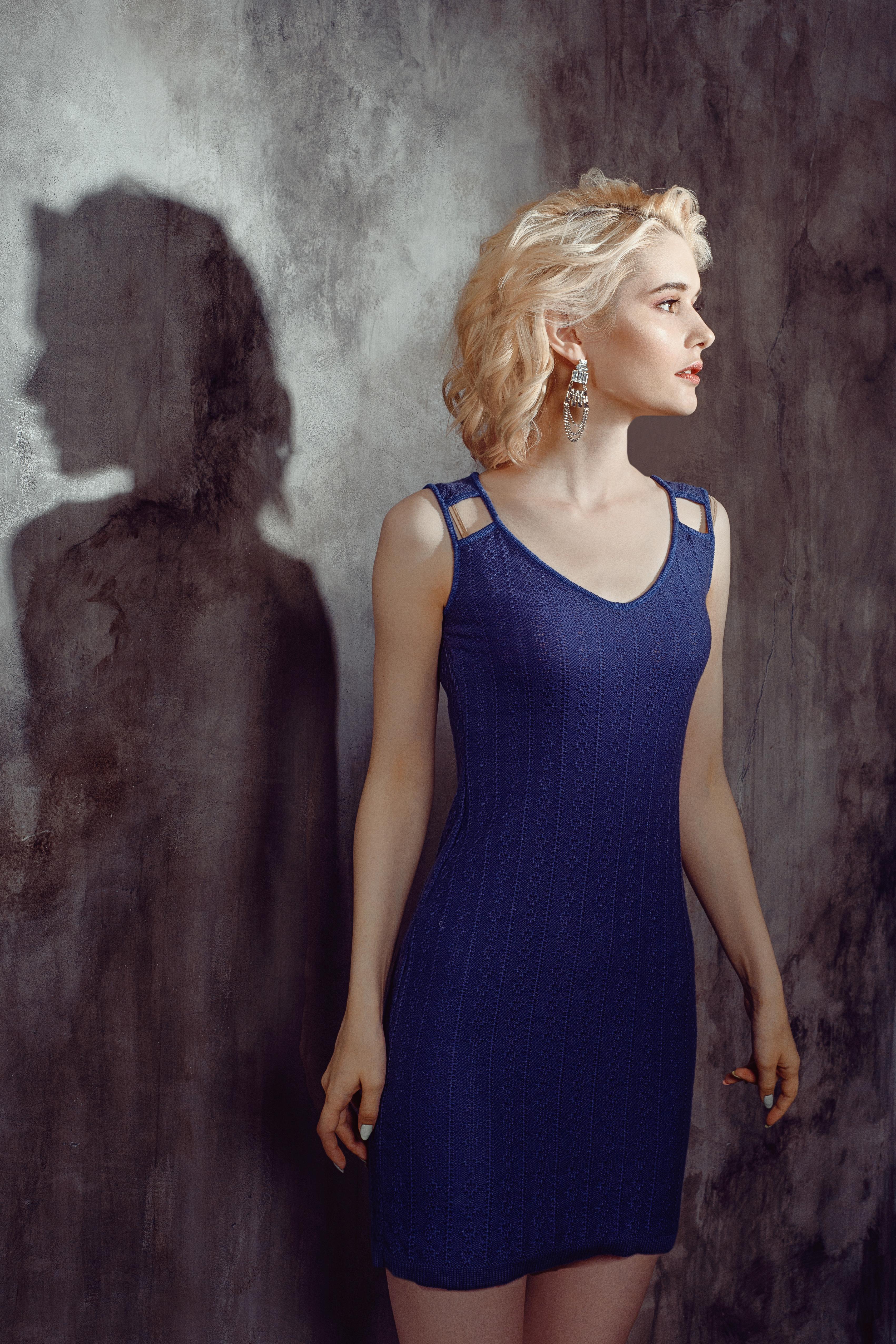 фиолетовое летнее платье мини короткое без рукава